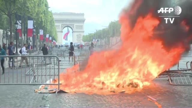 enfrentamientos entre policias y manifestantes en los parisinos campos eliseos empanaron este domingo la fiesta del 14 de julio en francia luego de... - breaded stock videos and b-roll footage