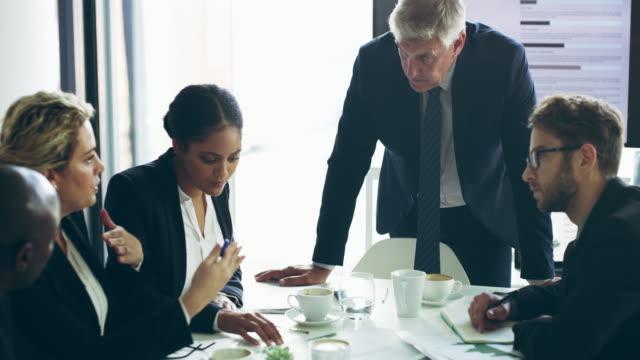 vidéos et rushes de engagé dans une session de stratégie - engagement des employés