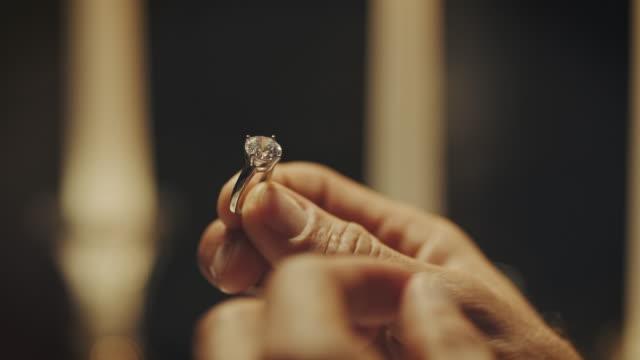 vídeos de stock, filmes e b-roll de aliança de noivado  - joia