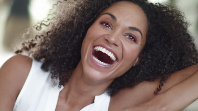 vídeos de stock e filmes b-roll de engaging beautiful energetic black woman with contagious laughter is reading text messages. - sorriso aberto