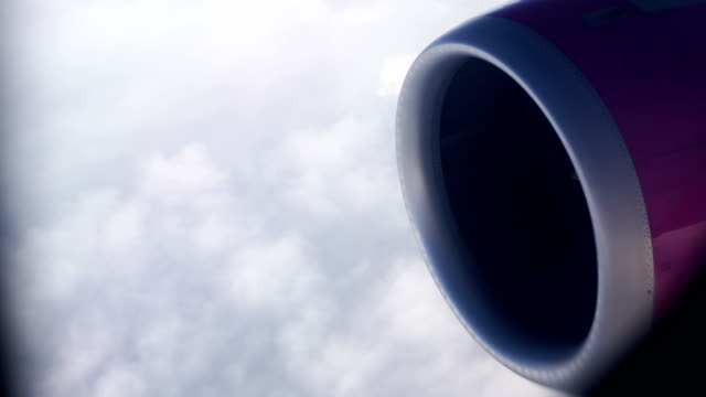flugzeugmotor im flug, nahaufnahme - fahrkarte oder eintrittskarte stock-videos und b-roll-filmmaterial
