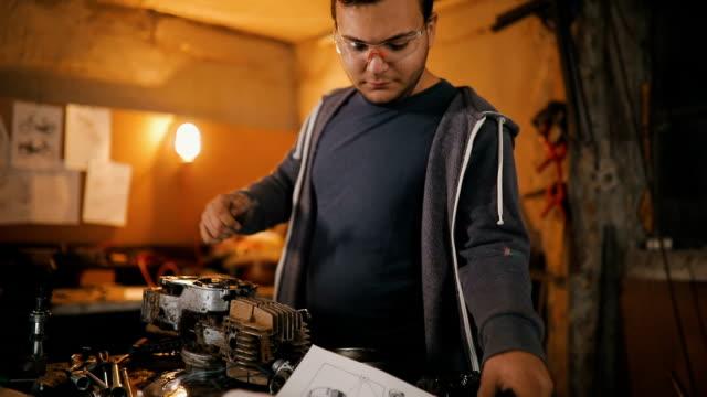 vídeos de stock, filmes e b-roll de motor de reparo - oficina de trabalho