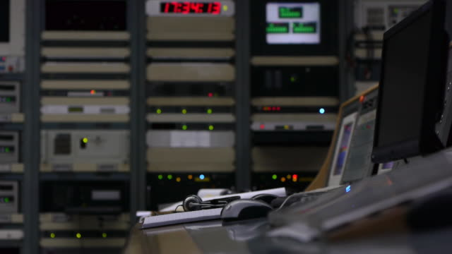 stockvideo's en b-roll-footage met engine room at work - machinekamer