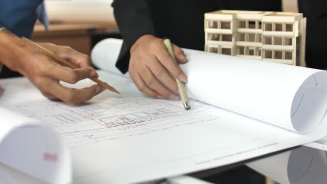 engineer and architect examining a blueprint plan - caposquadra video stock e b–roll