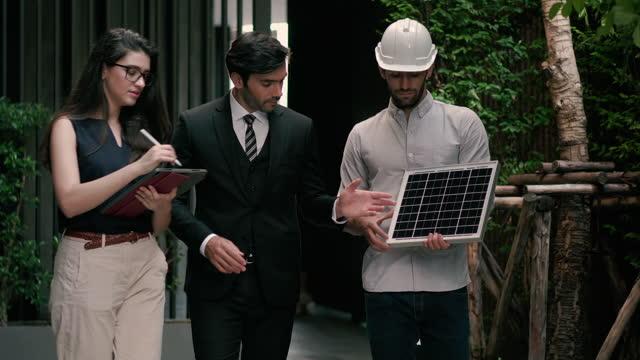 vídeos y material grabado en eventos de stock de ingeniero y empresario discutiendo la configuración de paneles solares. - recursos sostenibles