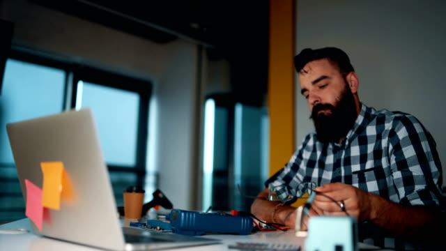 ingenjör vid arbete - ofullkomlighet bildbanksvideor och videomaterial från bakom kulisserna