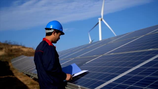 太陽光発電の設置をチェックするエンジニア - ソーラーパネル点の映像素材/bロール