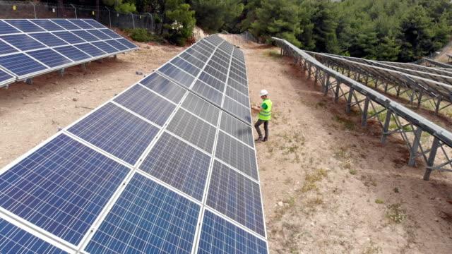 Ingenieur Überprüfung Sonnenkollektoren am Solarkraftwerk