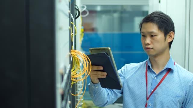 DS:IT-Ingenieur überprüft die Server im Server-Raum