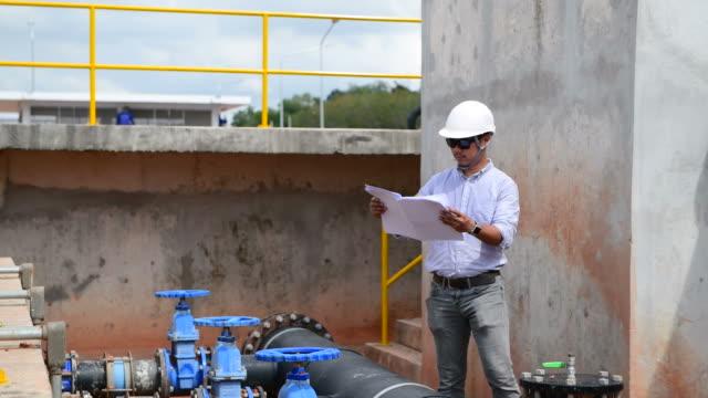vídeos de stock, filmes e b-roll de coordenador que verific a planta de tratamento da água - water plant