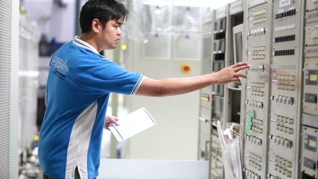 it-techniker prüft der server-rack - steuerpult stock-videos und b-roll-filmmaterial