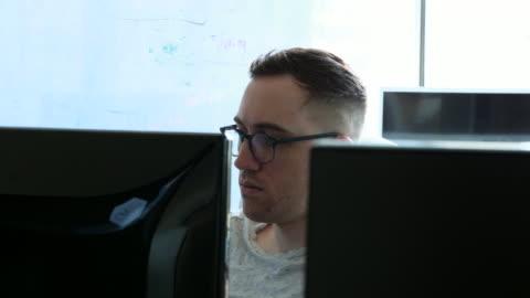 ms engineer coding virtual reality program in computer lab - koncentration bildbanksvideor och videomaterial från bakom kulisserna