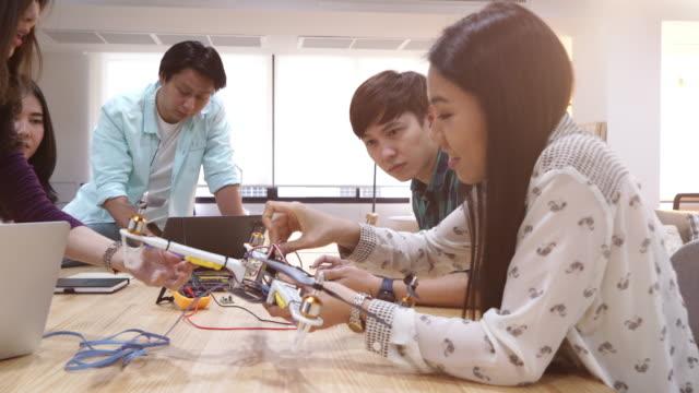 ingenieur entwicklung elektronischer drohne - etwas herstellen stock-videos und b-roll-filmmaterial