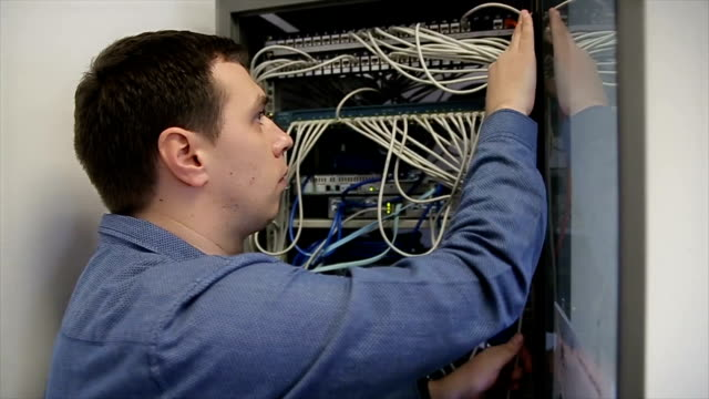 vídeos de stock e filmes b-roll de engineer for network installations - computer network
