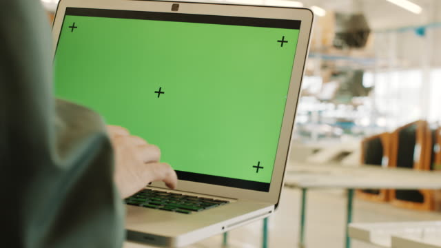 stockvideo's en b-roll-footage met ingenieur met laptop met chromakey, key groen scherm - ingenieurswerk