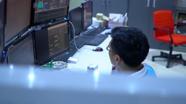 ingenieur im kontrollraum - komplexität stock-videos und b-roll-filmmaterial