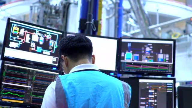 stockvideo's en b-roll-footage met ingenieur in de controlekamer - ingewikkeldheid