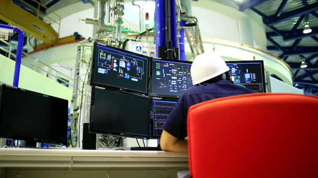 ingenieur im kontrollraum - kontrollraum stock-videos und b-roll-filmmaterial