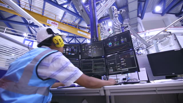 stockvideo's en b-roll-footage met ingenieur in de controlekamer - factory