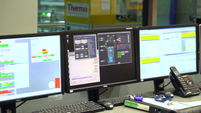 vídeos de stock, filmes e b-roll de engenheiro na sala de controle - sala de controle