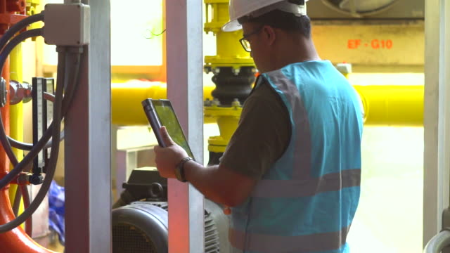 vídeos y material grabado en eventos de stock de ingeniero en sala de control - instrumento de medida