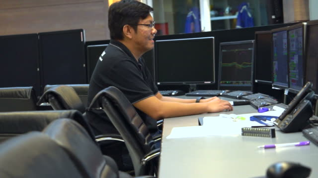 vidéos et rushes de ingénieur dans la salle de contrôle - salle de contrôle