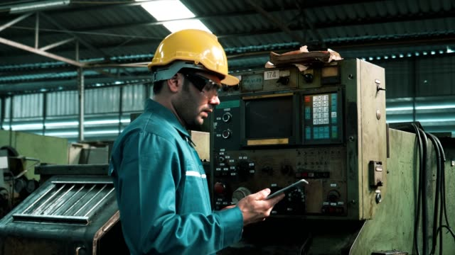 stockvideo's en b-roll-footage met engineer in hard hat control machinery - metaalindustrie