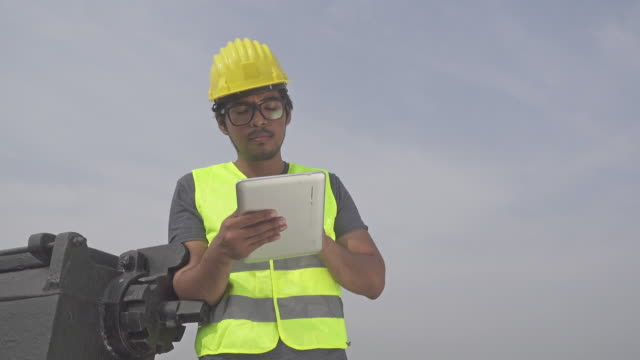 4K DOLLY MS : Engineer inspection with digital tablet