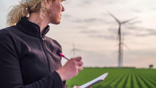 Ingenieur inspiziert Windenergieanlagen - Frauen im Stamm