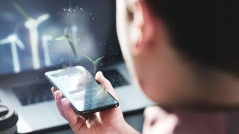 ingenjör som tittar på alternativa energilösningar för framtiden - planering bildbanksvideor och videomaterial från bakom kulisserna