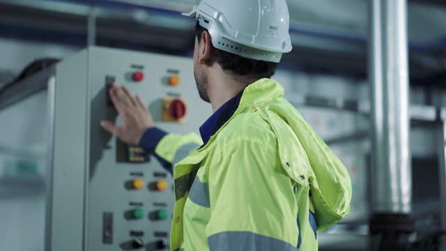 vídeos de stock, filmes e b-roll de engenheiro opera botões e abre o armário na fábrica - power supply