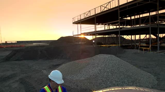 vídeos de stock e filmes b-roll de engenheiro ou trabalho superintendent utiliza um comprimido de obra - responsabilidade