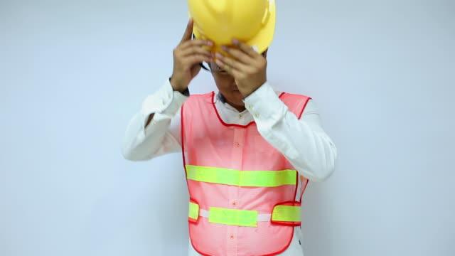 Ingenieur-Posing auf weißem Hintergrund