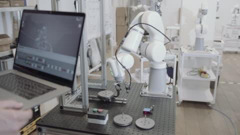vidéos et rushes de engineer programming robotic arm - machinerie