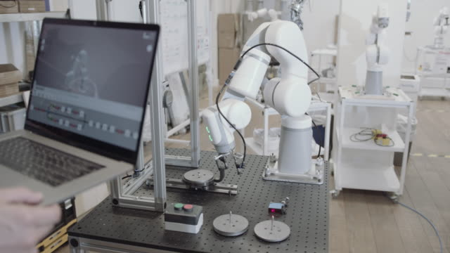 stockvideo's en b-roll-footage met engineer programming robotic arm - ingenieurswerk