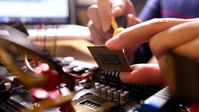 エンジニアは、コンピュータのマザーボードを修復します - 中央演算処理装置点の映像素材/bロール