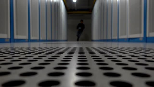 ingenieur im serverraum mit digital-tablette - rettungsdienst mitarbeiter stock-videos und b-roll-filmmaterial