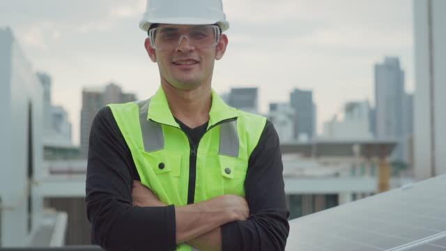 vídeos de stock, filmes e b-roll de o engenheiro sorri e olha para a câmera. - geração de combustível e energia