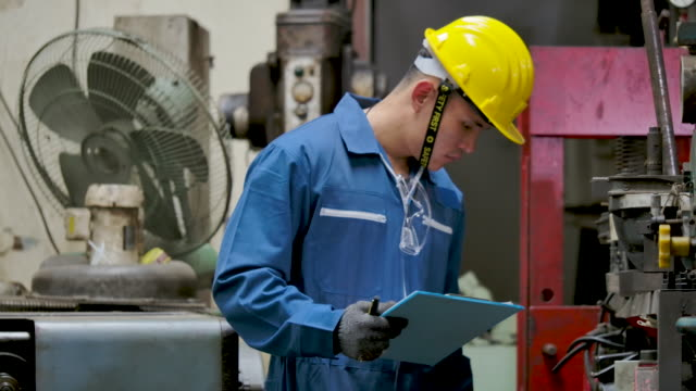工場に立ち値を確認するエンジニア - 発電所関係の職業点の映像素材/bロール