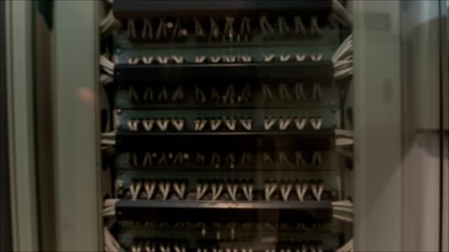 vídeos y material grabado en eventos de stock de es ingeniero encuentra cerca de centro de datos, servidores - centralita de teléfono