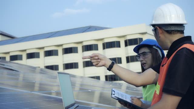 vídeos de stock, filmes e b-roll de equipe de engenheiros inspeciona o sistema de células solares após a instalação . - geração de combustível e energia