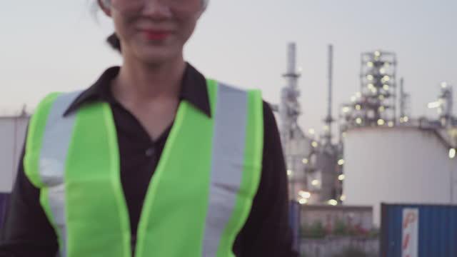 stockvideo's en b-roll-footage met ingenieursteam werken in industriële installaties en werkt op een digitale tablet. - hoofddeksel
