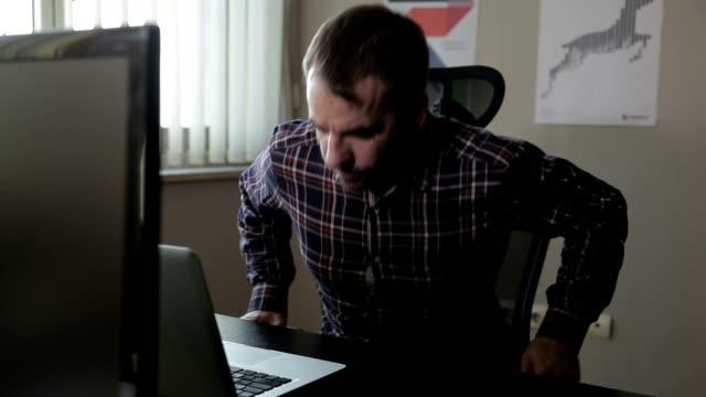 ingenjör med lap top - profil sedd från sidan bildbanksvideor och videomaterial från bakom kulisserna