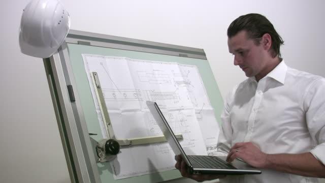 技術ノートパソコンを使う - 製図板点の映像素材/bロール