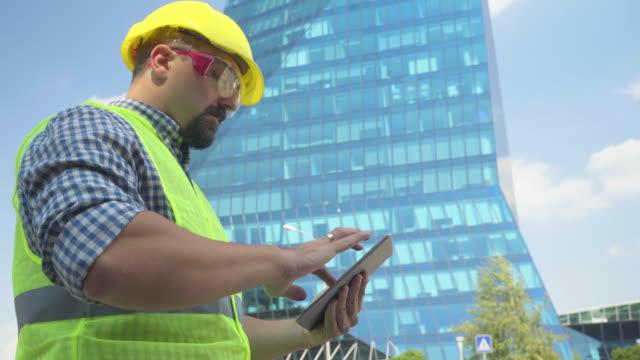 engineer using  tablet - hard hat stock videos & royalty-free footage