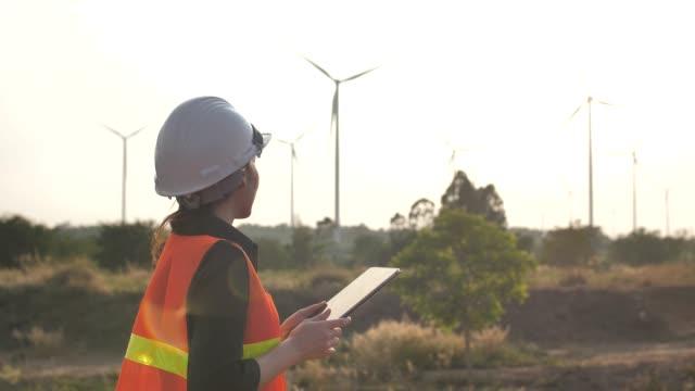 Ingenieur mit digital-Tablette im Windpark Turbinen