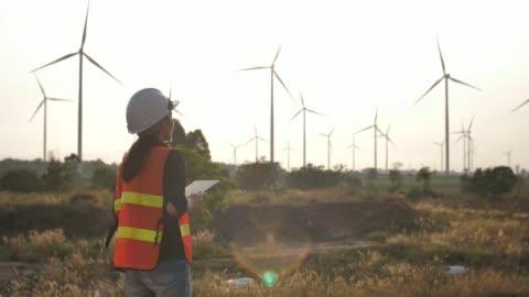デジタル タブレットの風力タービンを設計します。 - 風力発電点の映像素材/bロール