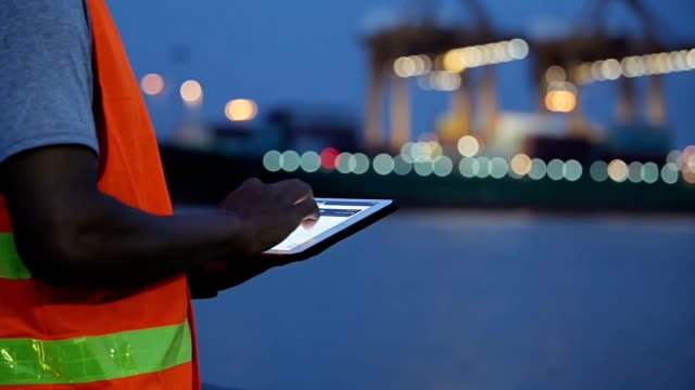 Ingenieur mit Tablet im industriellen, Cargo-container