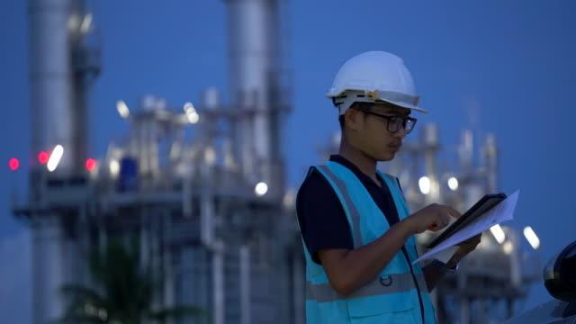 ingenieur mit tablet im industriellen öl und gas-plant - ölindustrie stock-videos und b-roll-filmmaterial