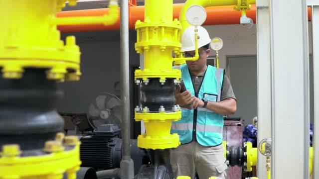 ingenieur mit tablet im industriellen öl und gas-plant - schutzbrille stock-videos und b-roll-filmmaterial